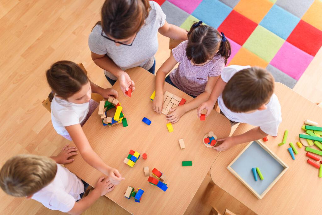 L'immagine mostra un gruppo di bambini che condivide esperienze attraverso il gioco.