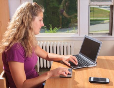 Una studentessa non vedente al computer.
